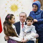(Foto) Erdogan Sambut Anak-anak Aleppo yang Selamat dari Pembantaian